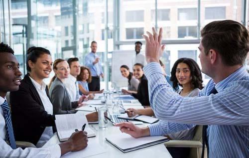 上班怎么和同事相处(热情主动和善)